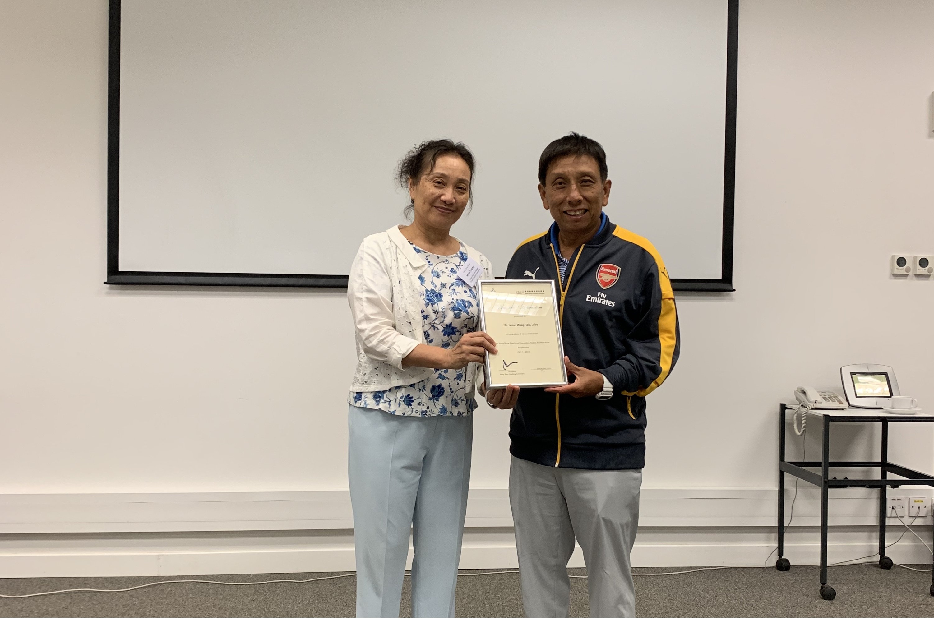 Dr. Masa Leung, Coach Education Manager, presented Certificate of Appreciation to lecturers one by one to show appreciation